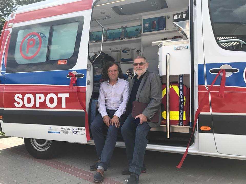 Jacek Karnwski z dr Karpińskim nowa karetka w słuzbie pogotowia Sopot